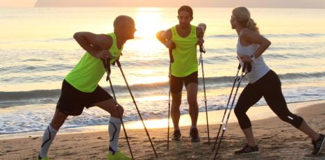 stavgjengere i prat på strand